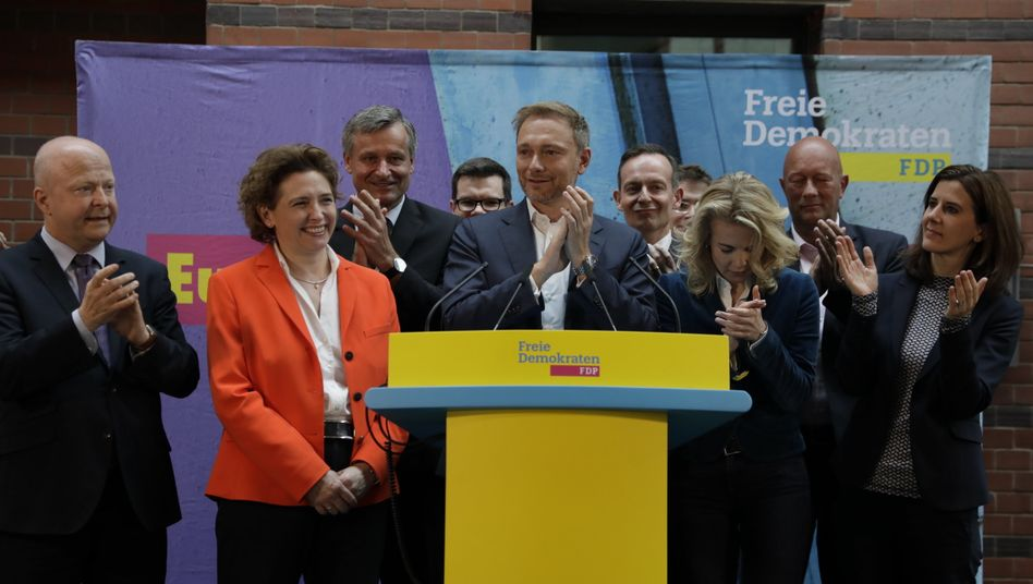 Nicola Beer (2.v.l.), Spitzenkandidatin der FDP und Christian Lindner