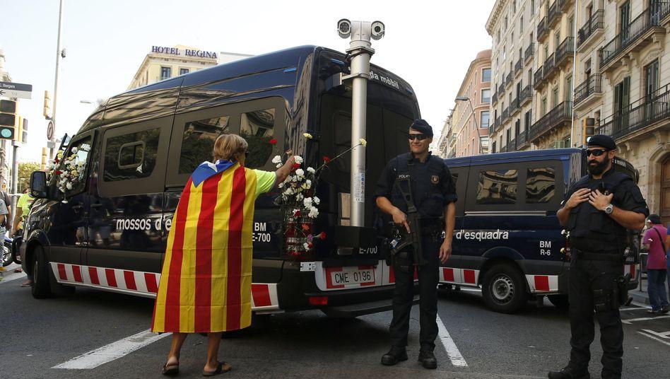 Polizisten und Demonstrantin in Barcelona (Archivbild)