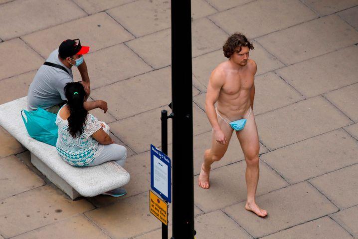 Fashion-Statement? Ein Mann in London trug die eigentliche Atemschutzmaske unten statt obenrum