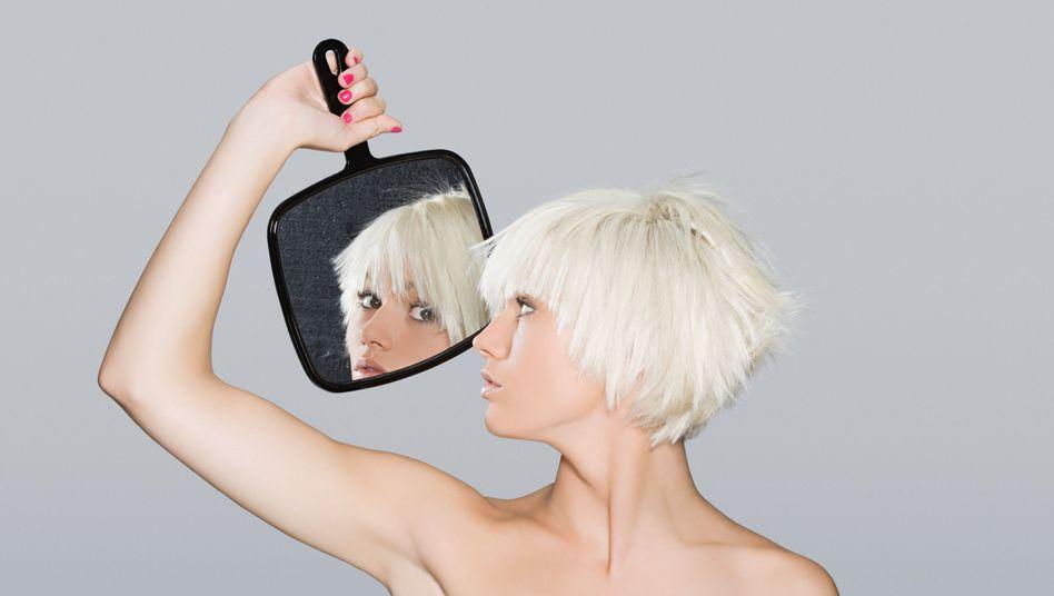 Blondine mit Spiegel
