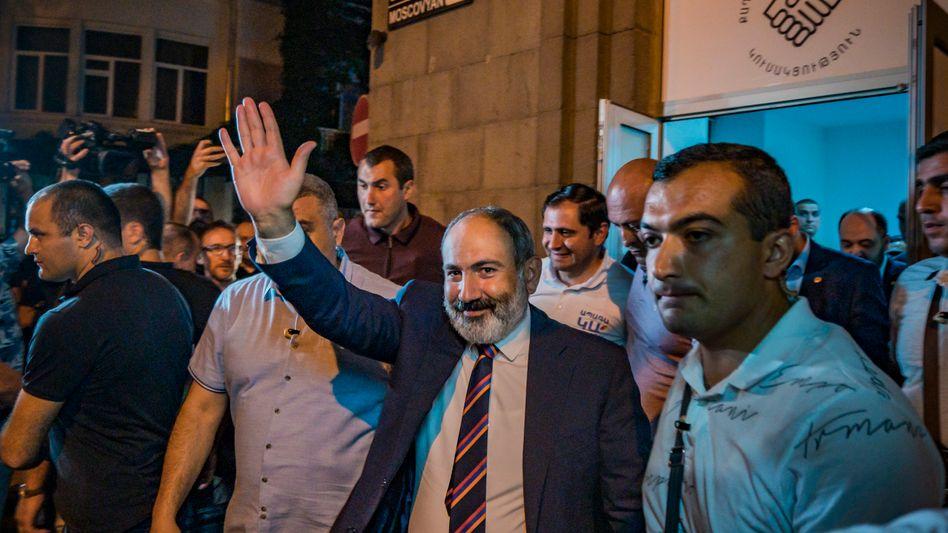 Armeniens Regierungschef Nikol Paschinjan winkt nach dem Wahlsieg seinen Anhängern in Eriwan zu
