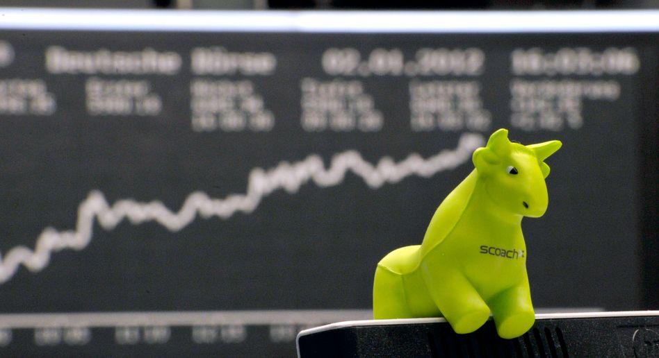 Ein Spielzeug-Bulle vor der Kurstafel: Der Leitindex Dax klettert auf neue Höhen