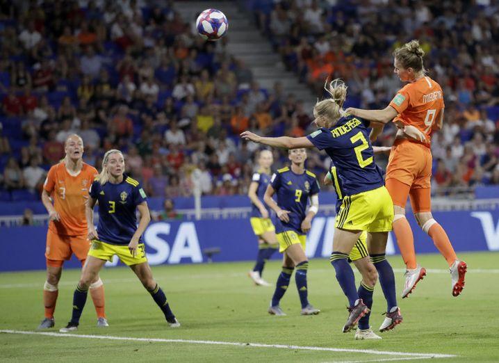 Standard-Spezialisten aus den Niederlanden: Vivianne Miedema (r.) beim Kopfball