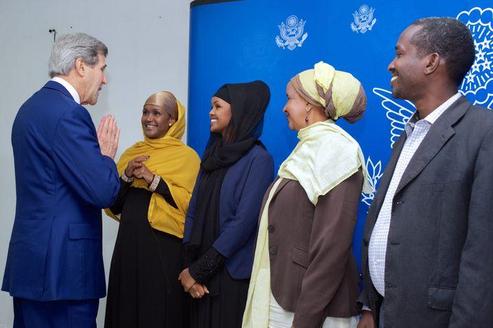 John Kerry, damaliger US-Außenminister mit Ilwad Elman (3. v. r.) und ihrer Mutter Fartuun Adan (4. v. r.) im Mai 2015