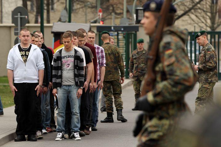 Wehrpflichtige bei Dienstantritt in der Berliner Julius-Leber-Kaserne