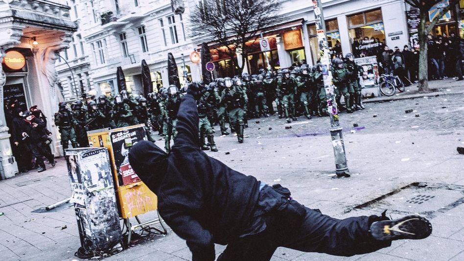Steinewerfer, Sicherheitskräfte in Hamburg(*) »Es war richtig, Polizisten zu attackieren«