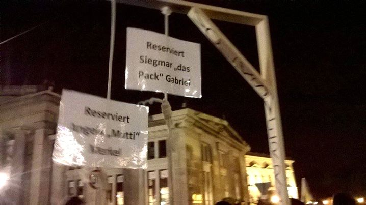 Selbst gebastelter Galgen auf Pegida-Demo 2015 in Dresden