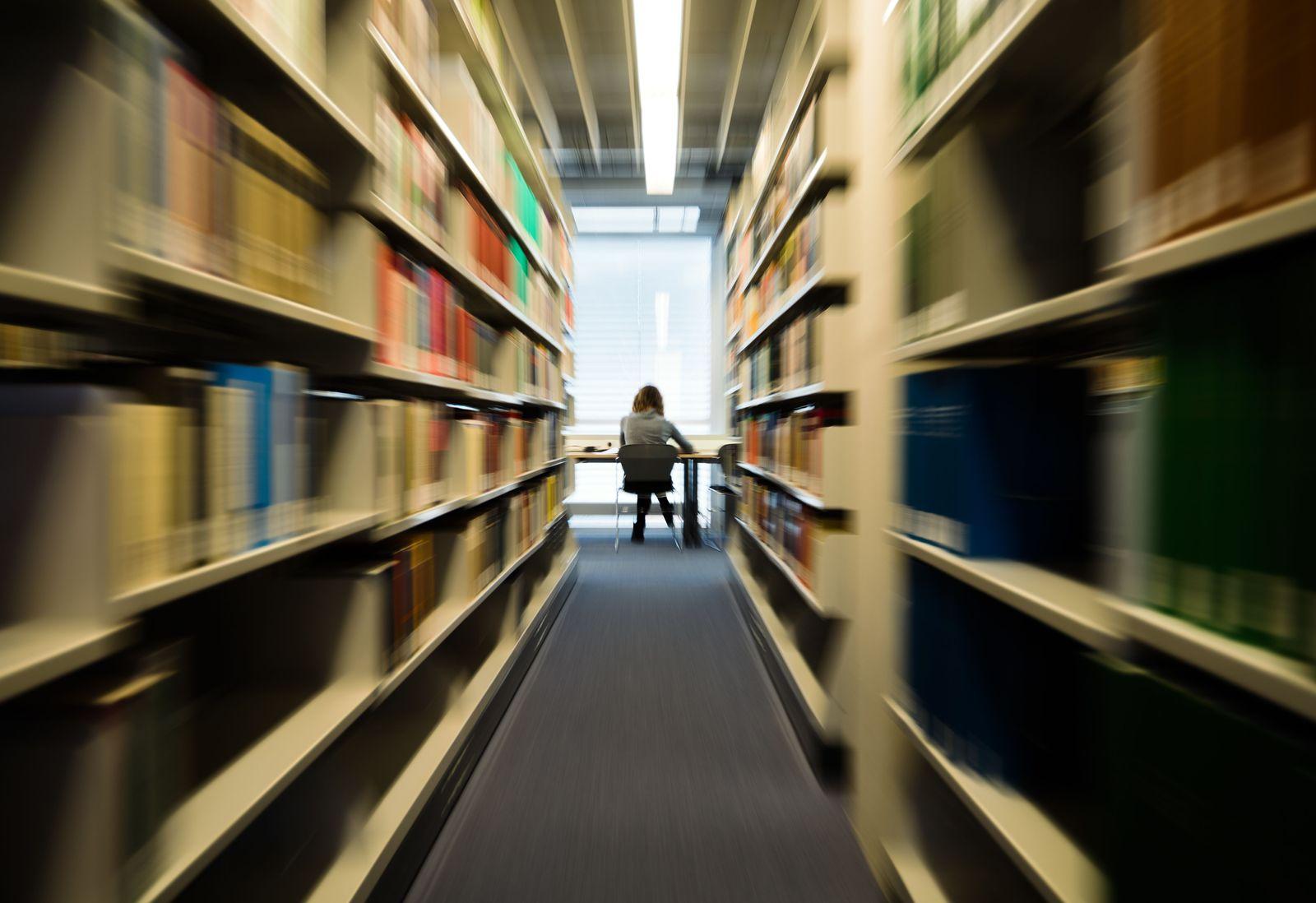 Studentin / Universität / Bibliothek