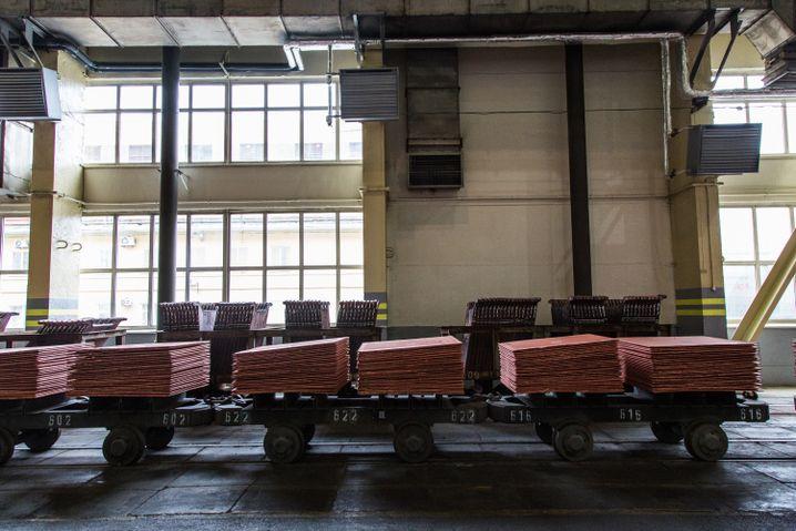 Waggons mit fertigen Kupferblättern, jedes wiegt 100 bis 110 Kilogramm