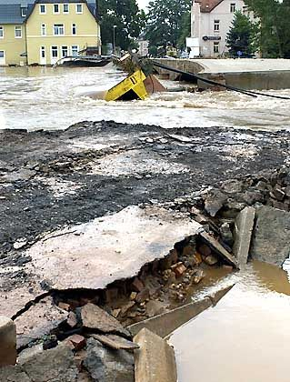 Nachdem am Mittwoch der Wasserpegel des Flüsschens Flöha über einen Meter gefallen ist, werden die Schäden an Straßen, Brücken und Häusern sichtbar: Die Kleinstadt Flöha im Kreis Freiberg ist praktisch zweigeteilt, weil die einzige Straßenbrücke von den Hochwasserfluten mitgerissen wurde
