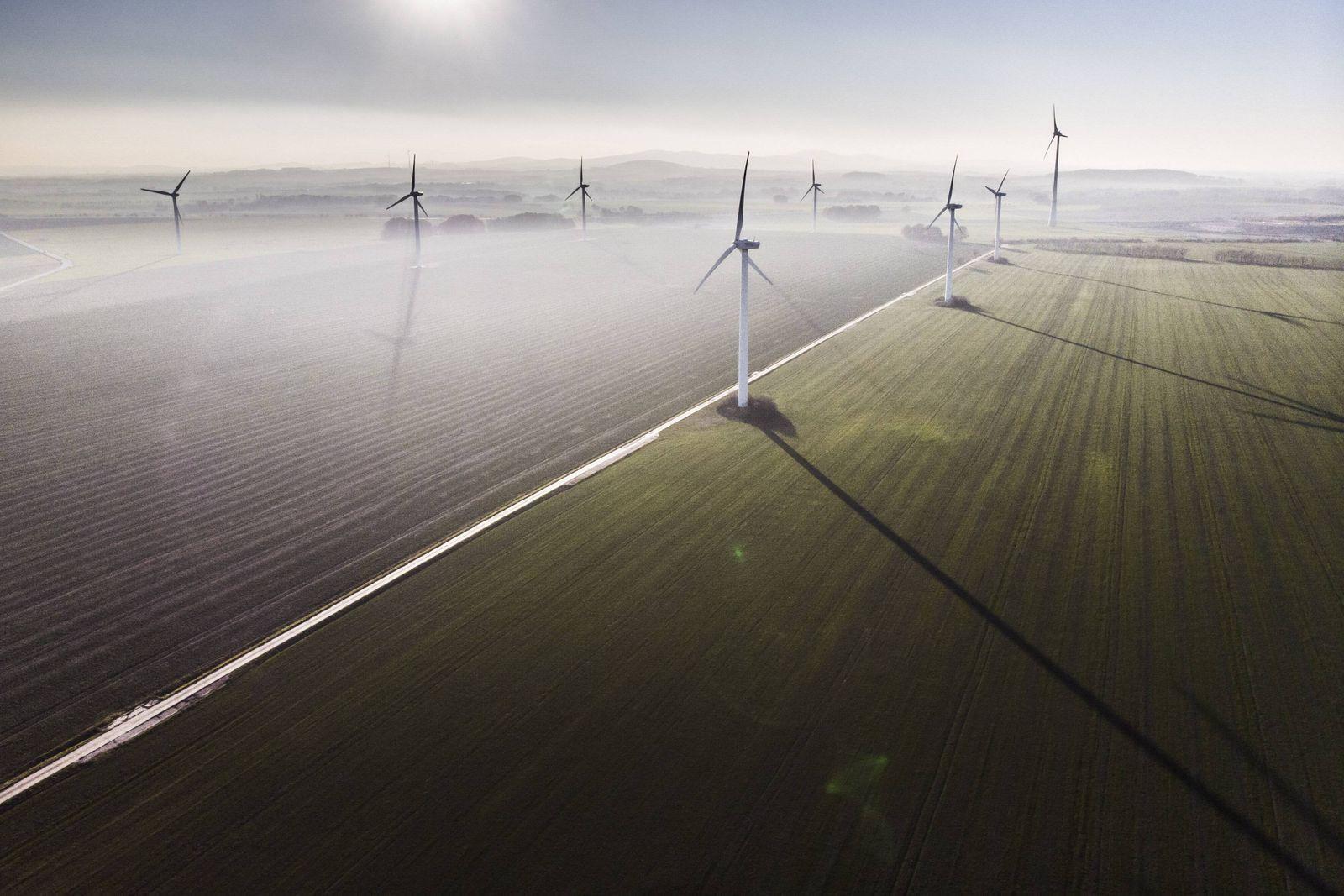 Windraeder im Nebel, aufgenommen in Melaune, 11.11.2018. Melaune Deutschland *** Windmills in the fog recorded in Melau