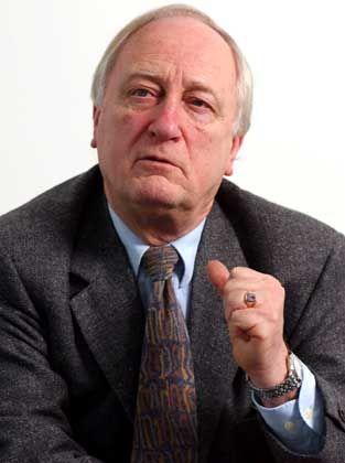 """Heinrich August Winkler, 1938 in Königsberg geboren, gilt als einer der renommiertesten Historiker in der Bundesrepublik. Autor und Herausgeber zahlreicher Bücher - darunter des Standardwerks """"Der lange Weg nach Westen"""" - und Professor an der Humboldt-Universität in Berlin. Winkler, der sich anfangs für die CDU engagierte, trat 1962 der SPD."""