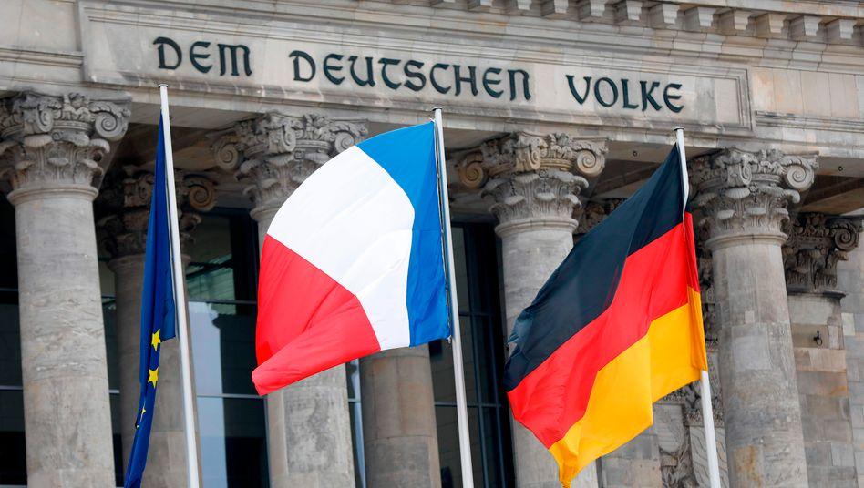 Flaggen vor dem Reichstag: »Mit Napoleon kamen die Prinzipien der Französischen Revolution nach Deutschland«