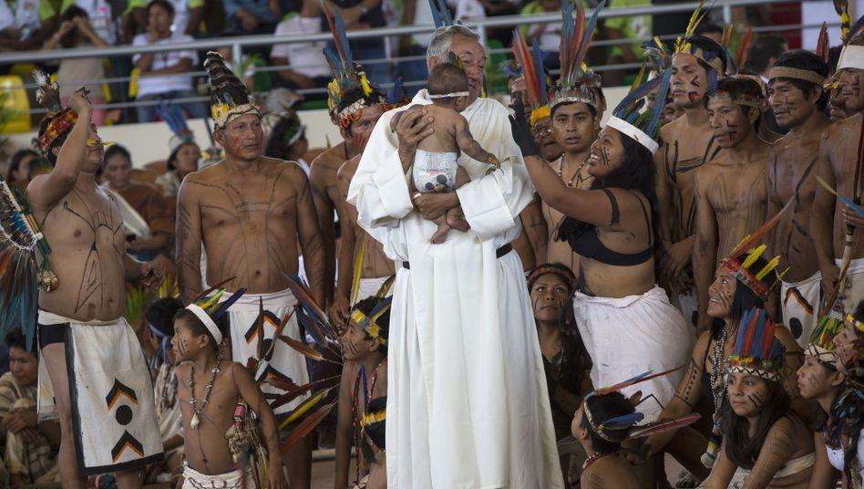 Indigene mit katholischem Priester im peruanischen Puerto Maldonado (Archivbild)