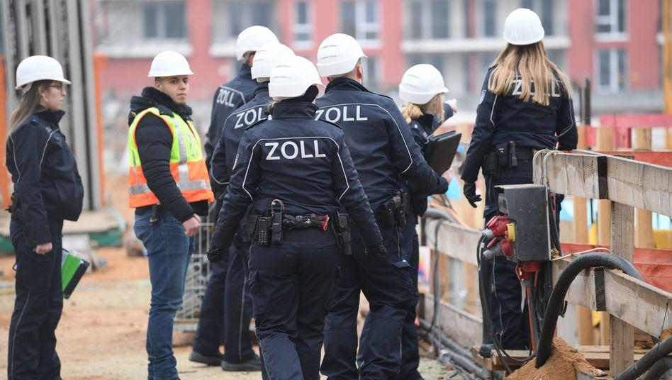 Beamte des Zolls kontrollieren eine Baustelle (Archivbild)
