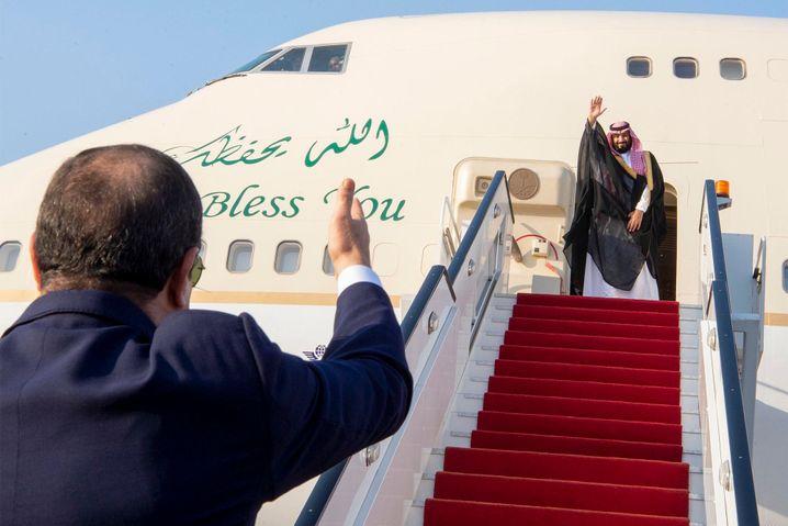 Sisi winkt dem saudischen Kronprinzen Mohammed bin Salman am Kairoer Flughafen (Archiv)