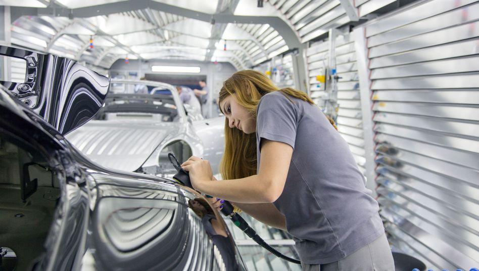 Arbeiterin in einem Porsche-Werk
