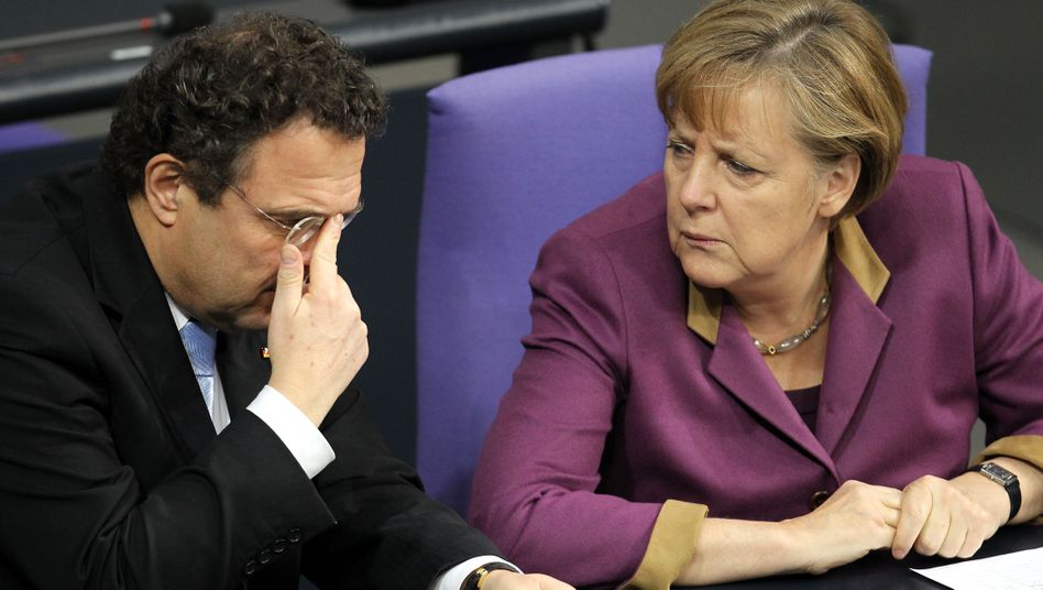 Bundeskanzlerin Merkel mit Innenminister Friedrich: Die Regierung muss die Bürger schützen