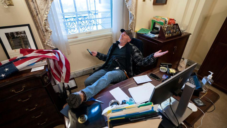 Mann im Büro von Nancy Pelosi: Einen Fuß locker auf dem Schreibtisch positioniert