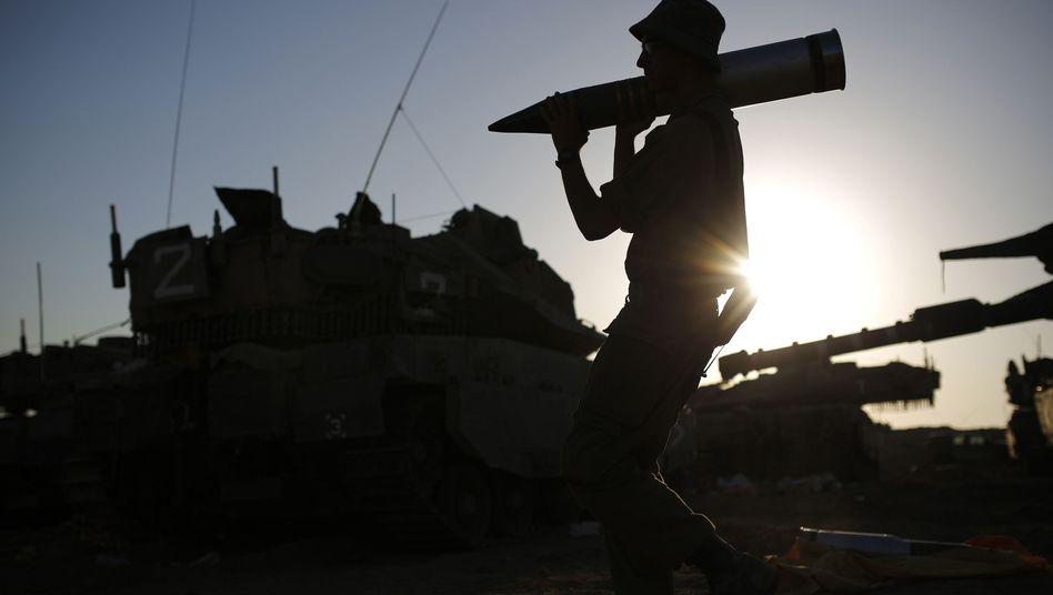 Israelischer Soldat nahe der Grenze zu Gaza: Laut einer Umfrage wollen die Deutschen, dass sich die Bundesregierung aus dem Konflikt heraushält.