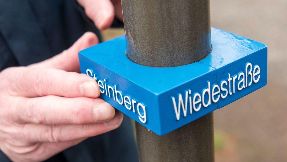 Mast in Wedel mit Schild für Sehbehinderte: 130 bis 118 Euro Kosten pro Schild