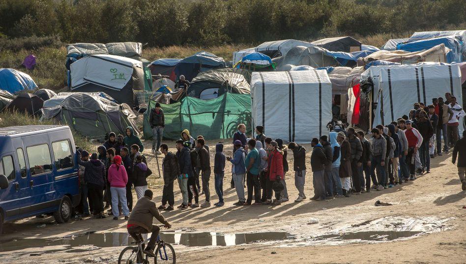 """Flüchtlinge bei der Essensausgabe in Calais: Der """"Dschungel"""" soll ordentlicher werden"""