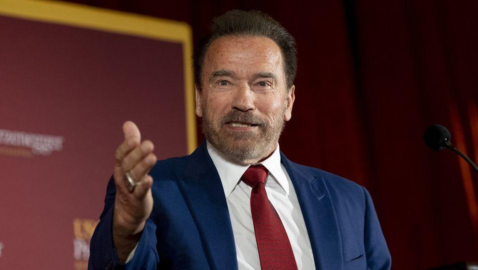 """Arnold Schwarzenegger: """"Bleibt zu Hause!"""""""