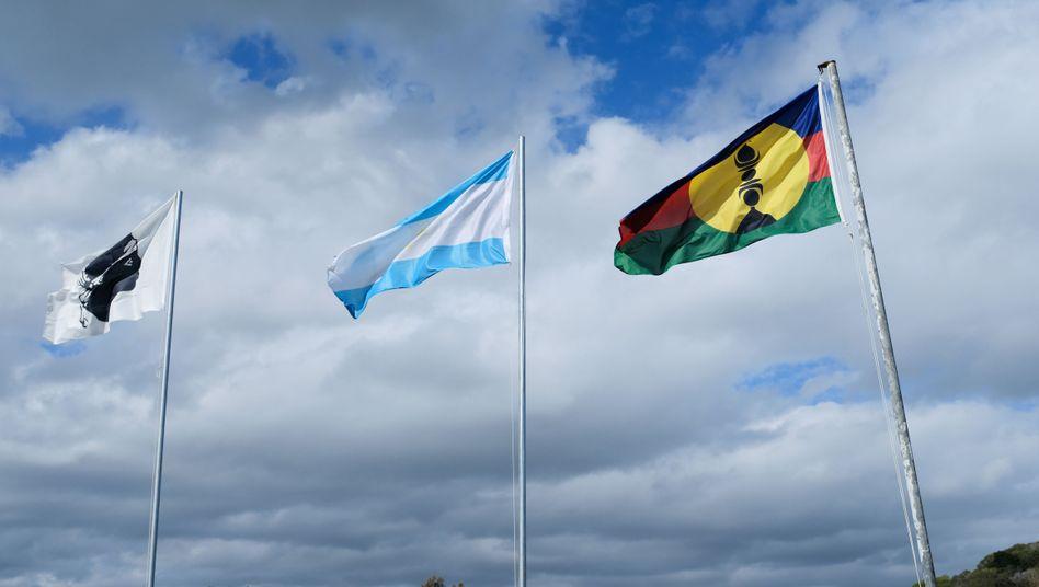 Die nationalistische Flagge von Korsika und die pro-Unabhängigkeitsflaggen von Tahiti und Neukaledonien