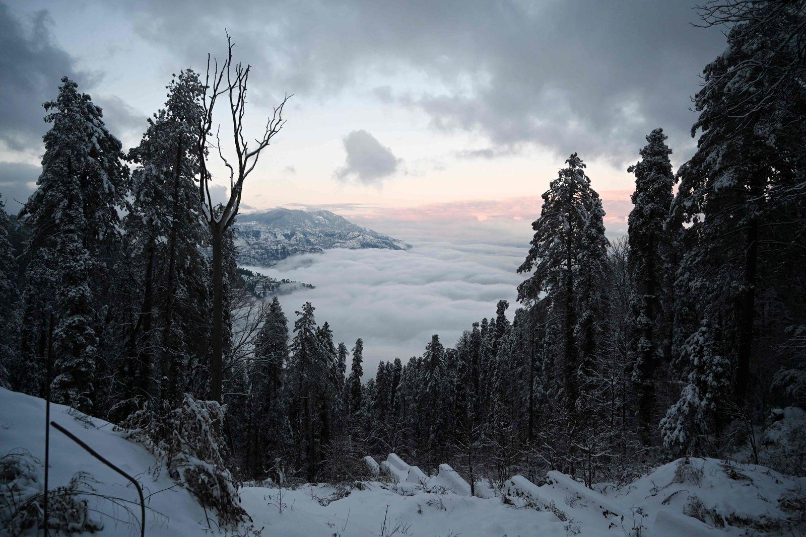 TOPSHOT-PAKISTAN-WEATHER-SNOW
