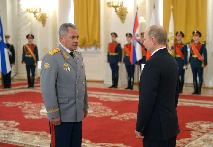 Wladimir Putin, Sergej Schoigu (l.)