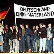 """Feiernde auf der Berliner Mauer (Archivbild vom 22.12.1989): """"Einen wirklich klaren Schnitt hat keiner gemacht"""""""