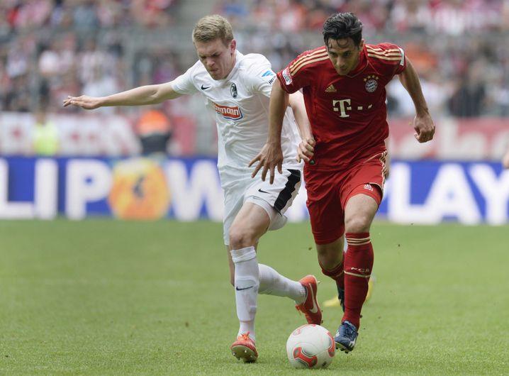 In Freiburg wurde aus dem Zehner Matthias Ginter ein Abwehrspieler. Hier verteidigt er 2013 gegen den damaligen Münchner Claudio Pizarro