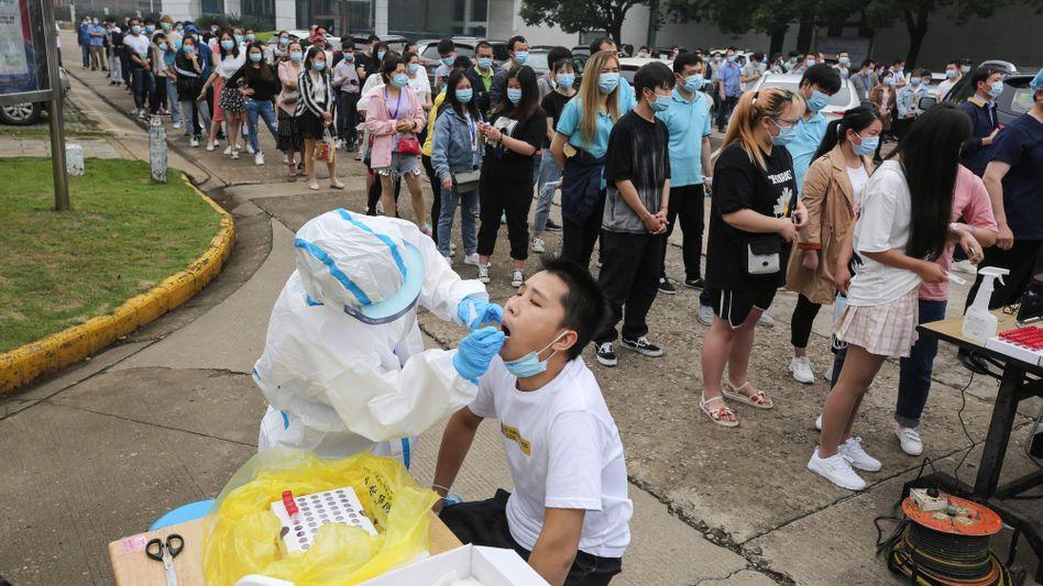Bewohner werden in Wuhan auf das Coronavirus getestet, nachdem dort neue Infektionscluster aufgetreten waren.