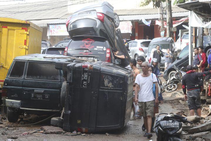 Anwohner in den verwüsteten Straßen von Bekasi