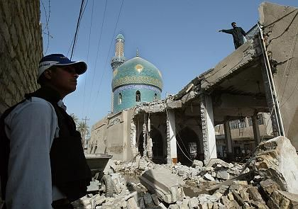 "A destroyed mosque in the Iraqi city of Hilla: ""Today's statesmen to not allow their thinking to be directed by fear."""
