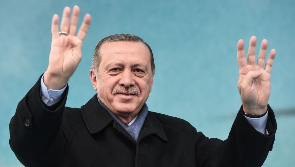 Recep Tayyip Erdogan mit dem Rabia-Zeichen