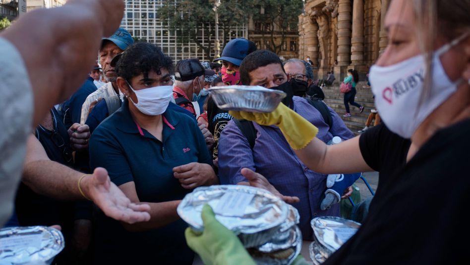 Verteilung von Essen in São Paulo:Die Coronakrise verstärkt Hunger und Armut in der Welt