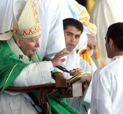 Papst in Nöten: Johannes Paul II musste zu den Vorwürfen gegen seine Geistlichen Stellung beziehen