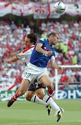 Zidane (r.) gegen Gary Neville: Der Magier bewahrte Frankreich vor einer Niederlage