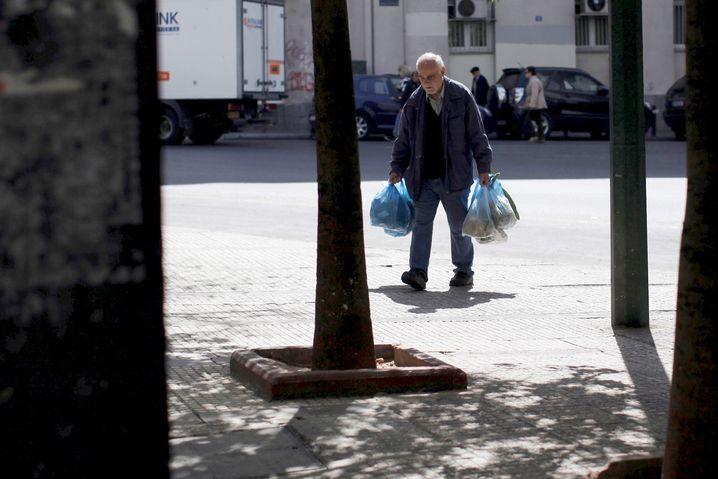 Rentner mit Einkäufen in Athen: Essen und Kleidung für die Familie