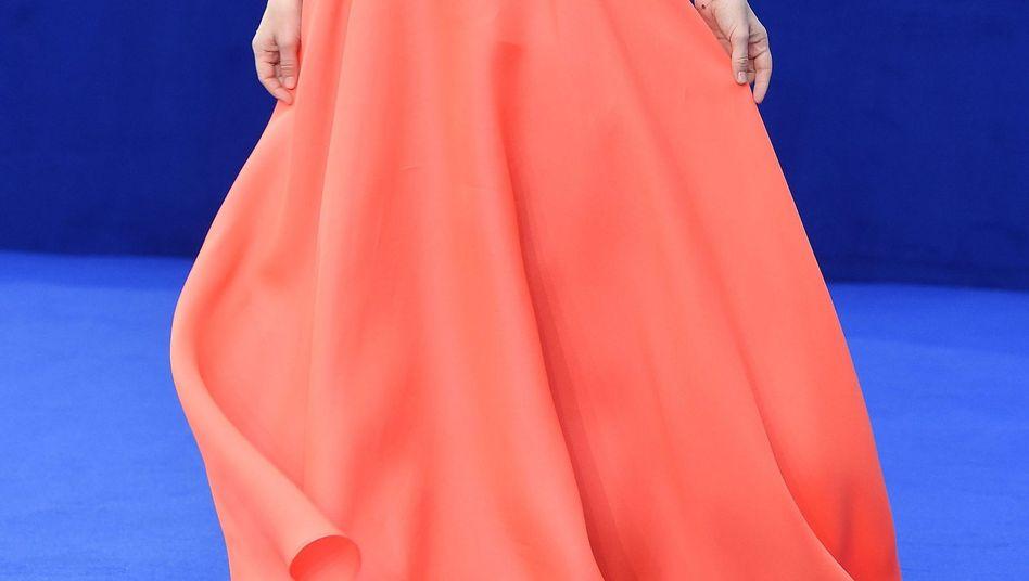 Die australische Schauspielerin Emily Browning in einem korallenroten Abendkleid