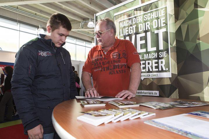 Ben Sendker mit einem Karriereberater der Bundeswehr