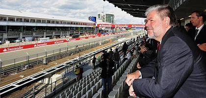 Ministerpräsident Beck im umgebauten Nürburgring: Reißleine gezogen