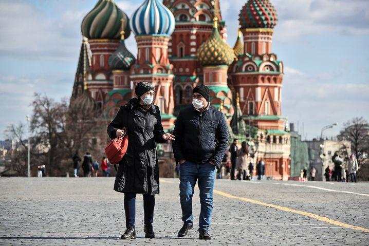 Gesichtsmasken am Roten Platz: Wladimir Putin schickt das Land für neun Tage in die Ferien