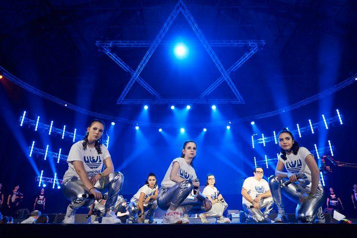 Die Jewrovision ist ein Musik- und Tanzwettbewerb, den der Zentralrat der Juden organisiert. Mehr als 1200 Jugendliche aus 60 jüdischen Jugendzentren nehmen teil. Tausende schauen zu. Wegen Corona musste der Wettbewerb dieses und voriges Jahr ausfallen.