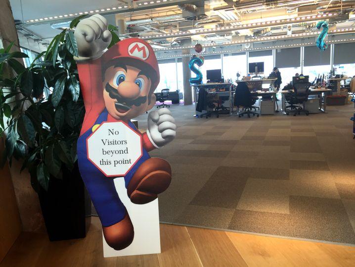 Super Mario mit Stoppschild: Dahinter könnte die Facebook-Feuerwehr sitzen