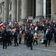 Demonstranten stürmen durch Absperrung auf Reichstags-Treppe