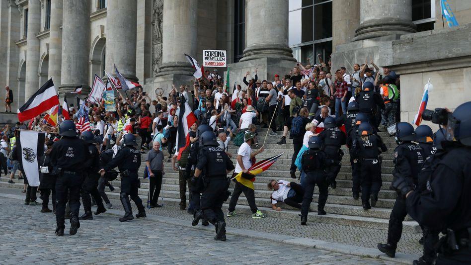 Demonstranten auf der Treppe des Reichstags (29.08.2020)