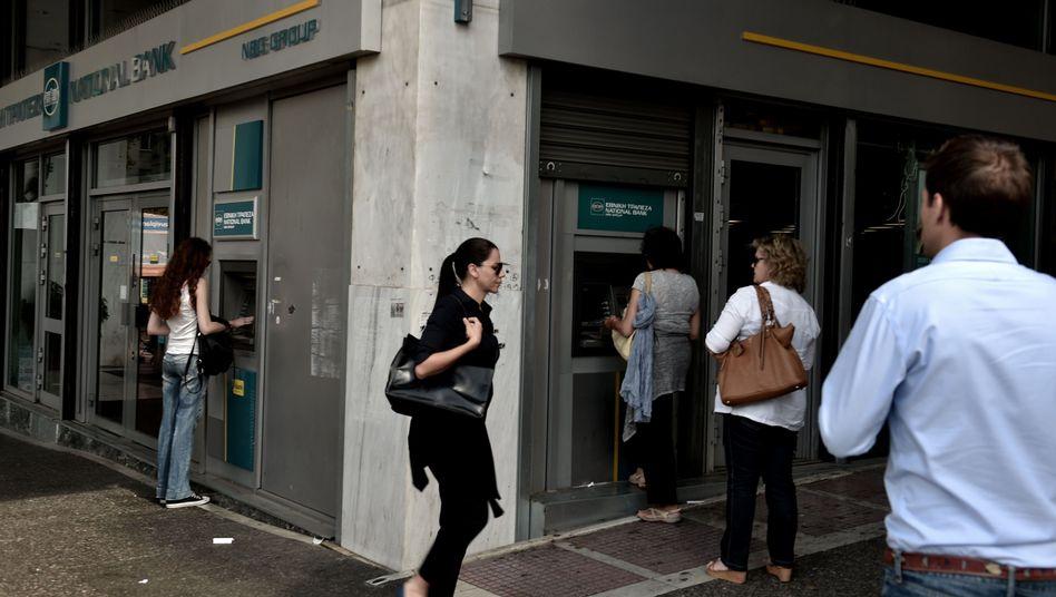 Schlange vor dem Geldautomaten: Rund eine Milliarde pro Tag fließt ab