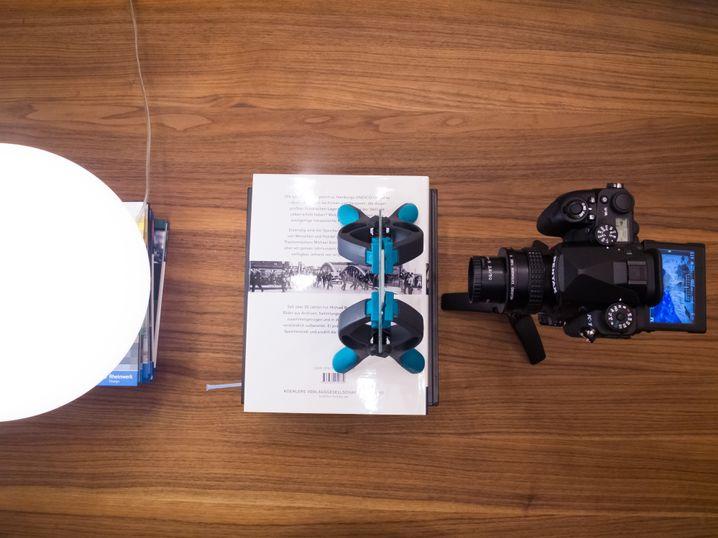 Der Gesamtaufbau zur Dia-Digitalisierung. Bücherstapel bringen die Komponenten auf eine einheitliche Höhe.